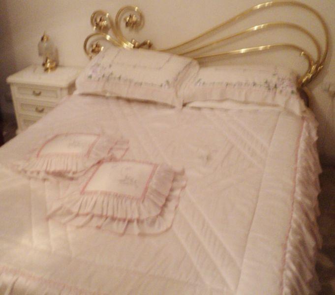 Camera matrimoniale completa bianca con rifiniture oro for Camera matrimoniale completa